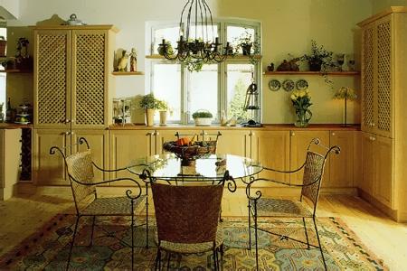 Kovový nábytek je pro Středomoří typický - foto luxury-idea.com
