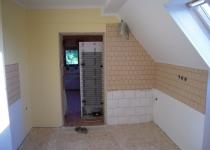 Hotová místnost s barevným nátěrem a bez finální podlahy