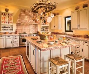 Kuchyň doplněná kachličkami s ornamenty - foto: decorationchannel.com