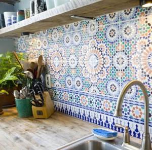 Kuchyň doplněná kachličkami s ornamenty - foto: pinterest.com