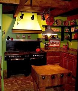 Kuchyň v sytých barvách doplněná přírodními prvky a tradičním nádobím - foto: slodive.com