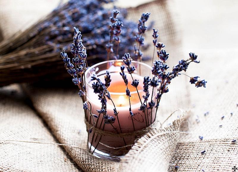 Sušená levandule kolem svícínku - Foto: flickr.com