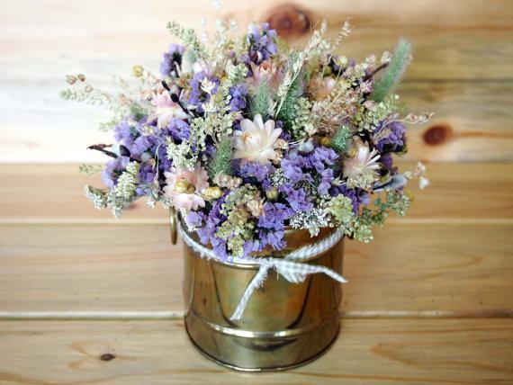 Sušené květiny v plechovém květináči - foto: rusticweddingchic.com
